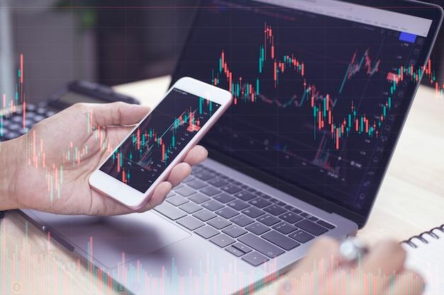 Imprenditore che lavora commercianti di azioni che fanno analisi del mercato digitale e degli investimenti