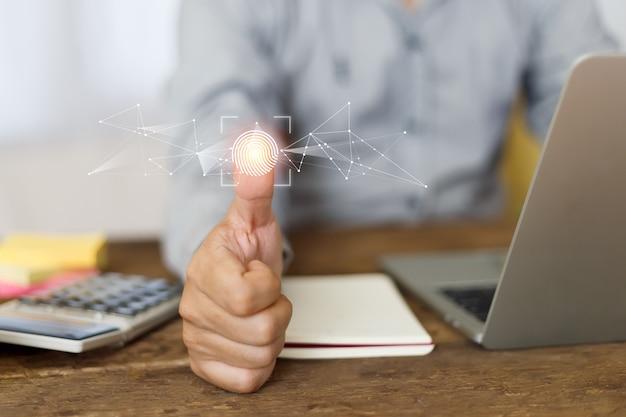 Uomo d'affari che lavora all'ufficio del tavolo, scanner digitale di impronte digitali. codice password elettronico di sicurezza. sensore di impronte digitali.