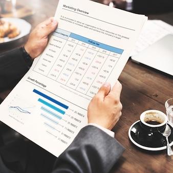 Concetto del business plan di working thinking dell'uomo d'affari