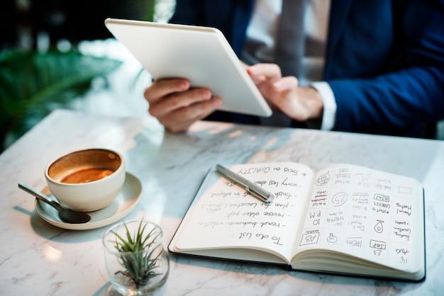 Concetto di affari di working thinking planning dell'uomo d'affari