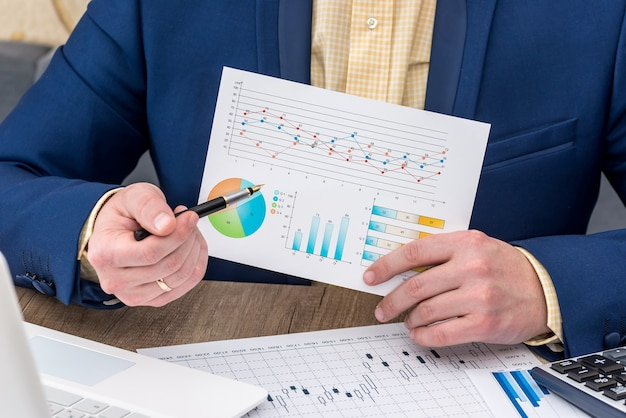 Uomo d'affari che lavora con il grafico commerciale
