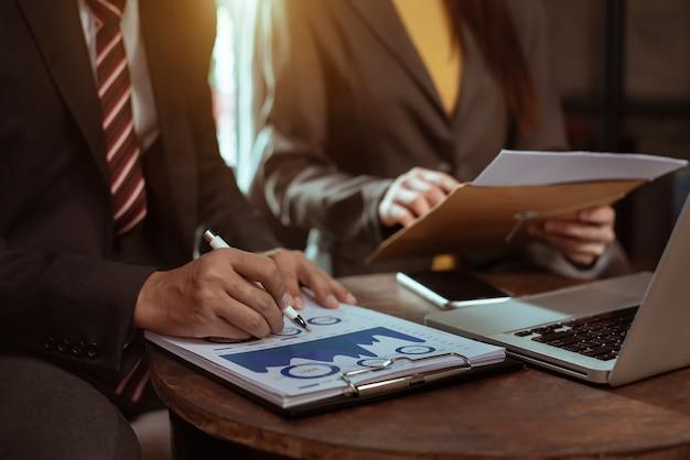 Uomo d'affari che lavora con il team di colleghi, consulente finanziario che analizza i dati con l'investitore in ufficio a casa.
