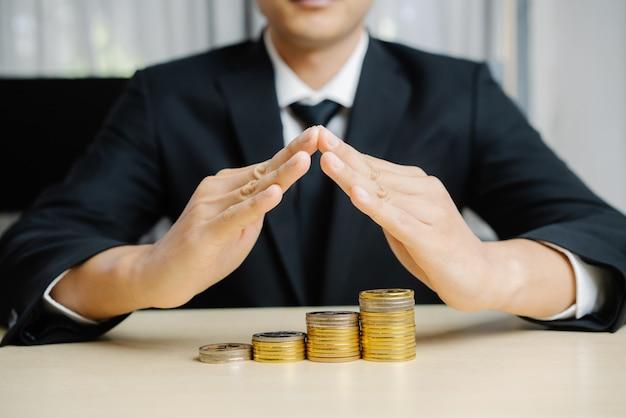 Uomo d'affari che lavora con moneta denaro valuta.