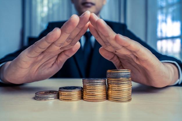 Uomo d'affari che lavora con la valuta dei soldi della moneta.