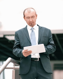 Uomo d'affari che lavora con tavoletta digitale. persone e tecnologia.foto con copia spazio