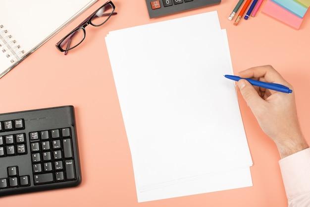 Uomo d'affari che lavora con i documenti. lavoro di ufficio modello mockup appunti, rapporti finanziari, curriculum, breve, modulo, contratto. piatto concetto di business laici