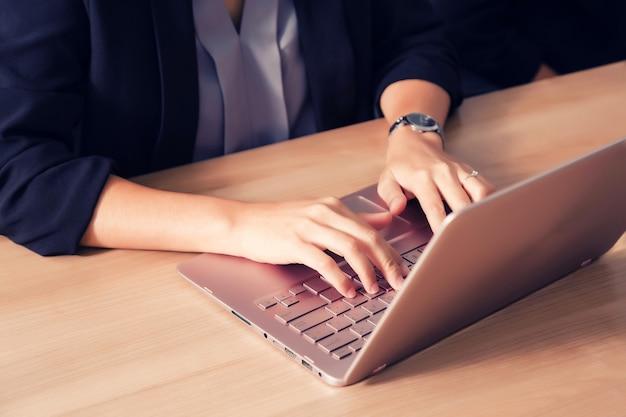 Uomo d'affari che lavora con il computer portatile in sala seminari