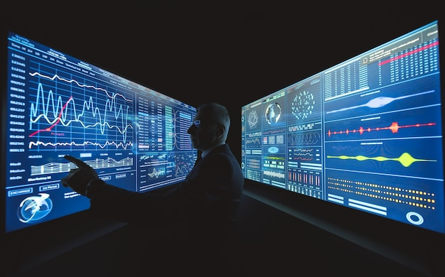 L'uomo d'affari lavora sullo schermo del sensore blu con la grafica