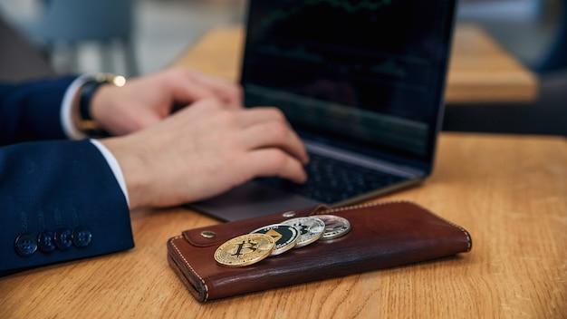 L'uomo d'affari lavora su un laptop nel suo posto di lavoro
