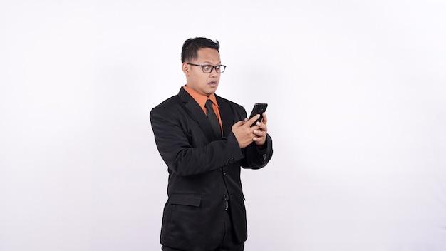 Uomo d'affari wow espressione vedere sfondo bianco handphone