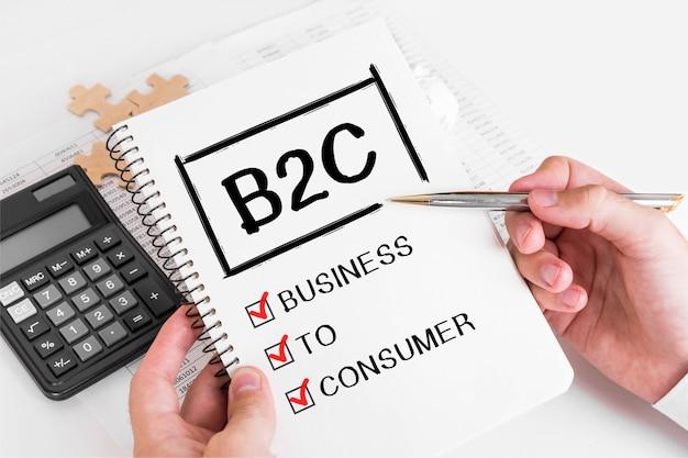 Uomo d'affari scrivendo concetti b2c sulla sua nota.