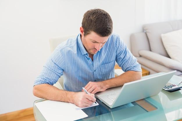 Imprenditore scrivendo alla sua scrivania