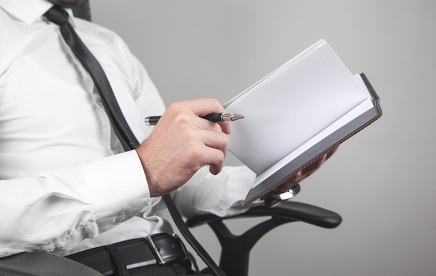 Imprenditore iscritto su un blocco note in ufficio