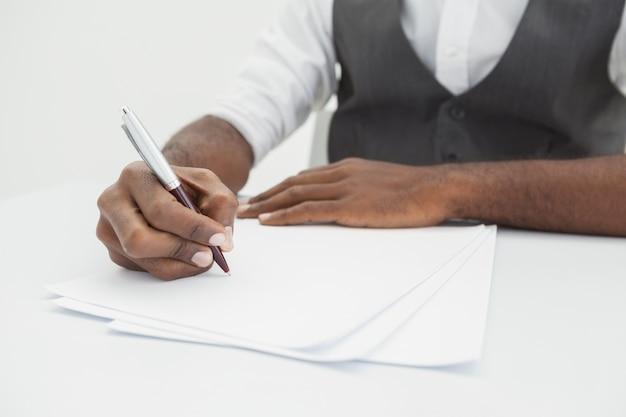 Note di scrittura di uomo d'affari su carta