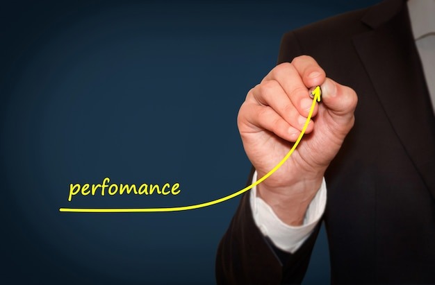 Piano di scrittura dell'uomo d'affari per aumentare le prestazioni dell'azienda