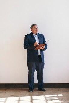 Uomo d'affari che scrive su un'agenda