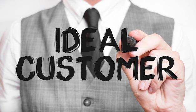 Parola di scrittura dell'uomo d'affari cliente ideale con l'indicatore