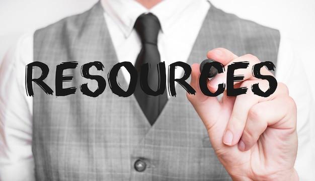 Uomo affari, scrittura, parola, risorse, con, pennarello,