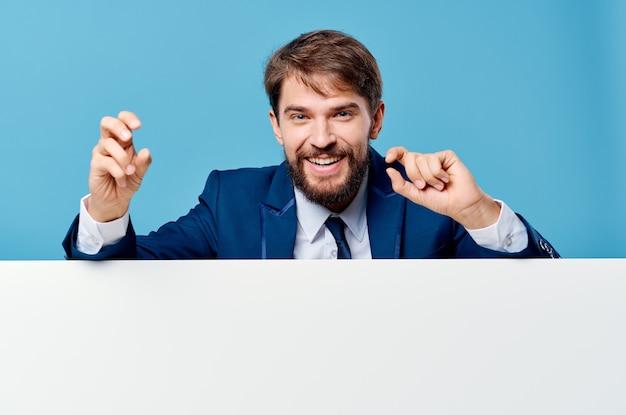 Uomini d'affari che pubblicizzano sfondo blu di presentazione banner bianco