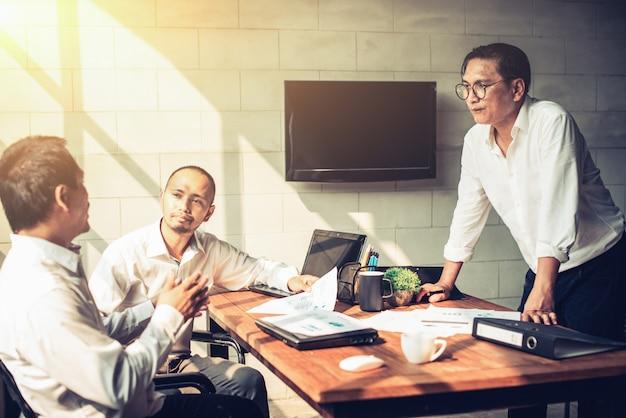 Gli uomini d'affari si incontrano in ufficio.