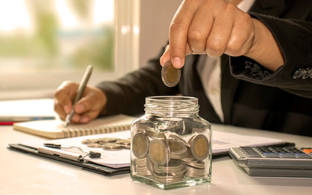 Gli uomini d'affari risparmiano denaro o reddito dagli investimenti, idee di budget di investimento e risparmiano denaro durante la recessione economica.