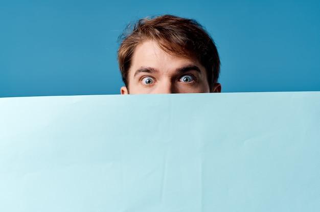 Presentazione del foglio blu degli uomini d'affari che fa pubblicità allo sfondo blu