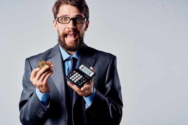 Calcolatrice di uomini d'affari bitcoin in mano contando finanza isolato sfondo