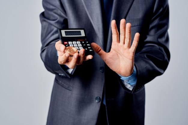 Calcolatrice di uomini d'affari bitcoin in mano contando studio finanziario ufficiale
