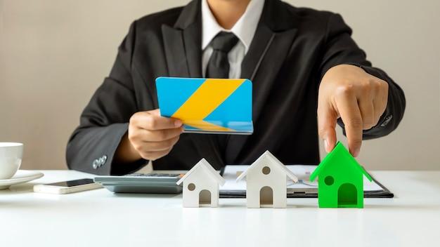 Gli uomini d'affari scelgono modelli di casa verde per concetti di risparmio energetico di efficienza energetica