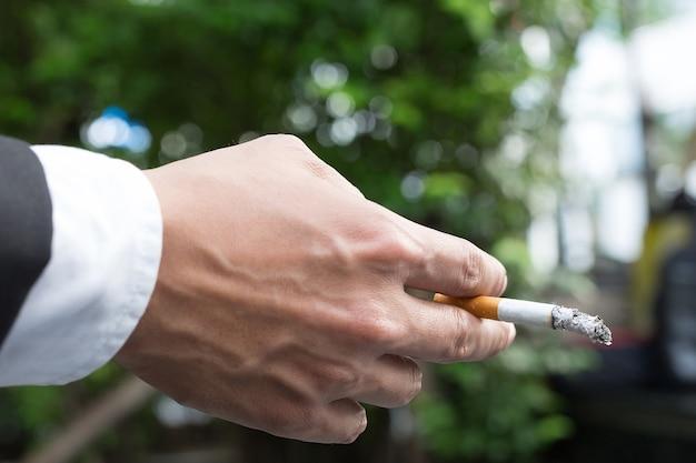 Sigarette da uomo d'affari per fumare