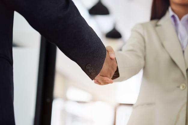Gli uomini d'affari collaborano con i partner. stretta di mano.