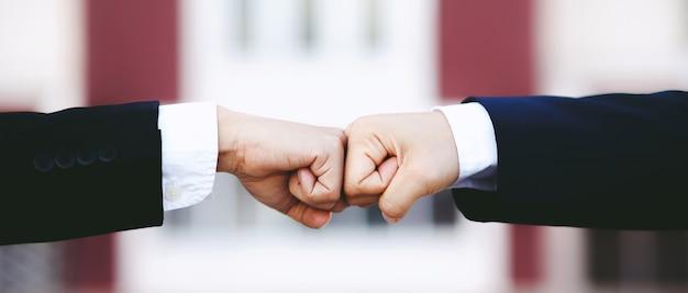 Mani di uomini d'affari e concorrenti