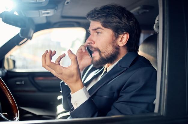 Uomini d'affari che guidano un servizio di successo di stile di vita di lusso in viaggio in auto ricco
