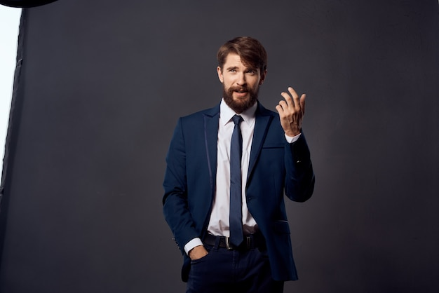 Gli uomini d'affari emozioni gesti delle mani sfondo isolato. foto di alta qualità