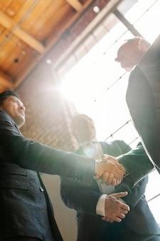 Uomini d'affari che salutano con una stretta di mano