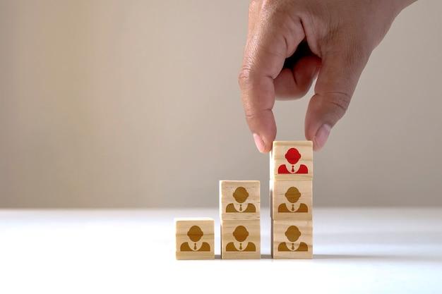 Gli uomini d'affari selezionano le persone che si distinguono dalla massa o che sono leader di team di successo, concetti di risorse umane e ceo.