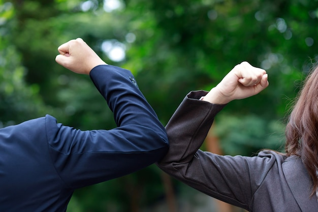 Gli uomini d'affari mantengono le distanze per prevenire covid 19