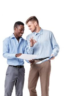 Uomini d'affari in cerca di documenti