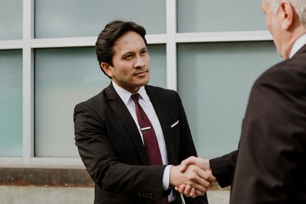 Uomini d'affari che fanno un affare