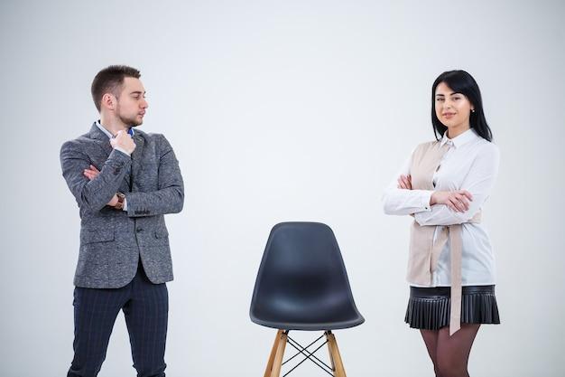 Uomini d'affari e donne, gli insegnanti invitano gli specialisti a lavorare. creazione di un nuovo progetto imprenditoriale.