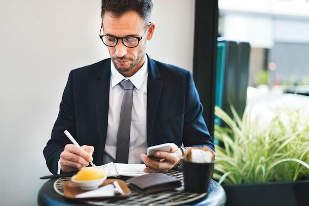 Discussione degli uomini d'affari che analizza writingconcept