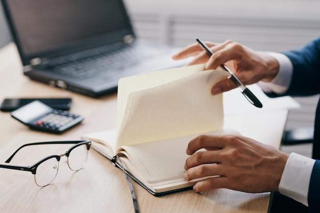 Uomini d'affari in ufficio alle tecnologie di carriera della scrivania