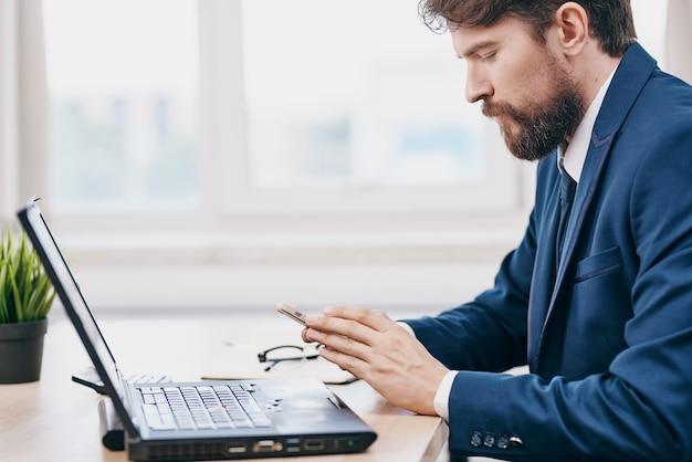 Uomini d'affari in ufficio davanti a un successo esecutivo di un laptop