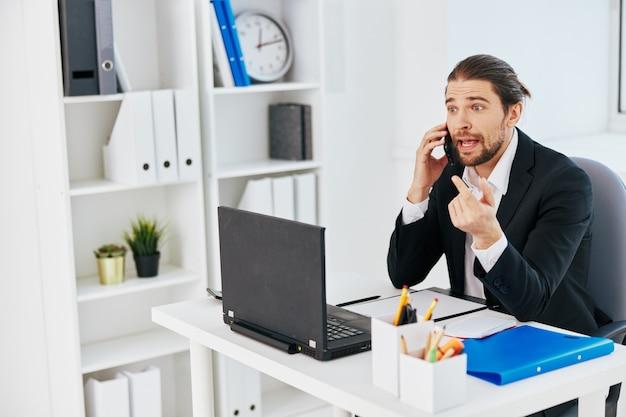 Documenti di lavoro d'ufficio di uomini d'affari con un telefono in mano lifestyle