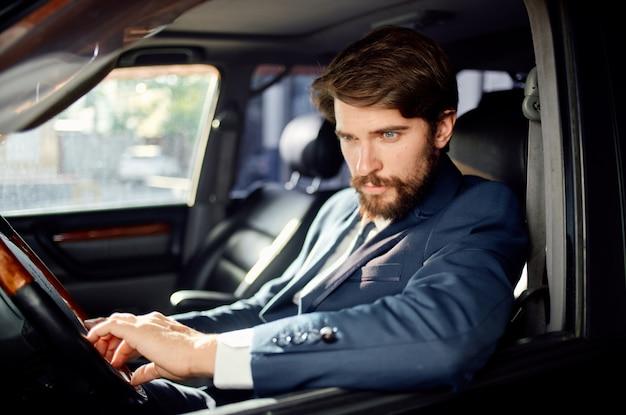 Ricco di servizi di successo su strada per conducenti passeggeri ufficiali di uomini d'affari