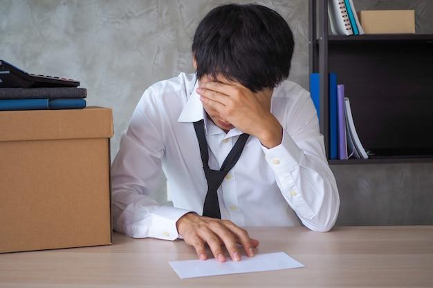 Gli uomini d'affari siedono stressati e molto turbati.