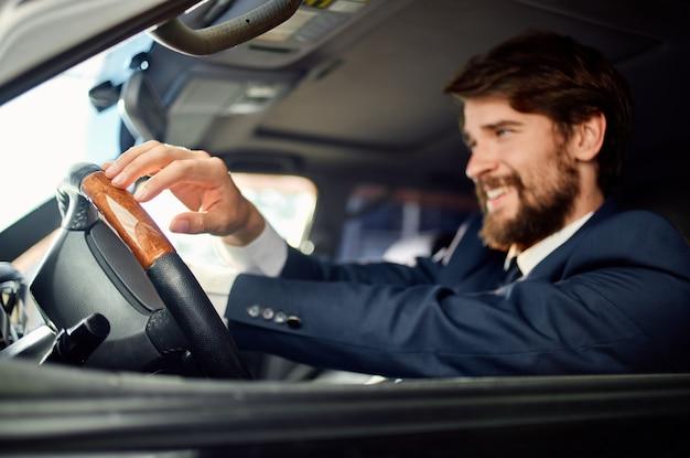 Uomini d'affari in giacca e cravatta in macchina un viaggio al lavoro comunicazione per telefono