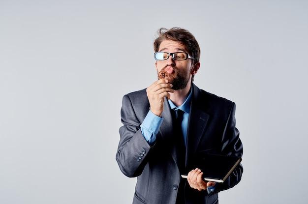 Gli uomini d'affari in un vestito economia di investimento denaro virtuale isolato sfondo