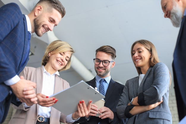 Riunione di brainstorming di lavoro di squadra degli uomini d'affari per discutere i piani dell'investimento.