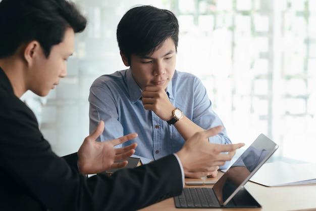 Lavoro di squadra di uomini d'affari discutendo l'investimento